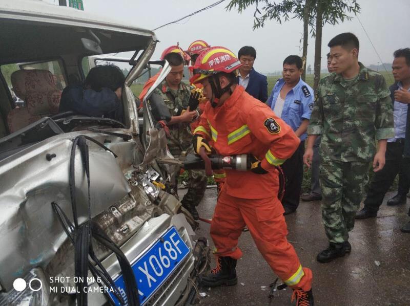 雨天超车酿事故 菏泽消防紧急救援