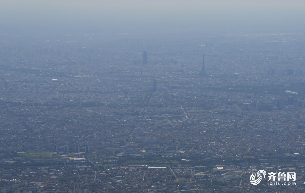 法国当地时间13时30分,报道团即将抵达巴黎,图为飞机经过巴黎时拍摄