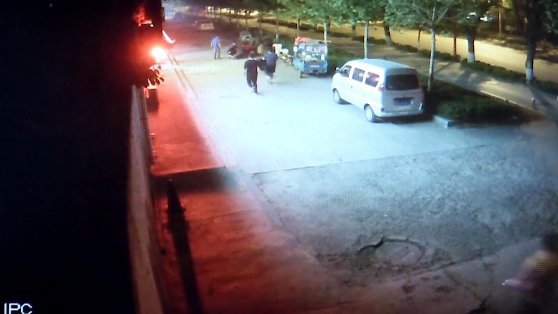 49秒丨淄博2岁男童玩酒精引火烧身 5名小伙伸援手全程相助