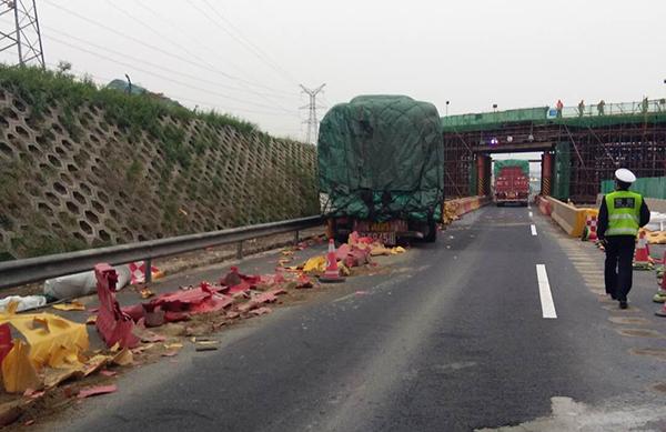 淄博:满载货车为躲追尾急打方向盘 撞入隔离带近30米