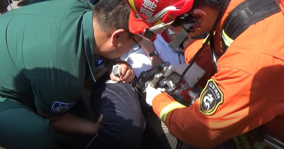 刹车手柄插进女学生大腿  淄博消防紧急救援