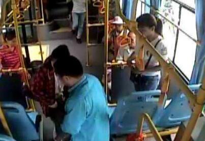 淄博:男子车上突发病口吐白沫 公交司机紧急救助