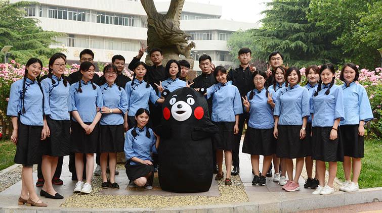 民国服装、学士服、熊本熊一个不能少!山财大学生毕业照创意无限