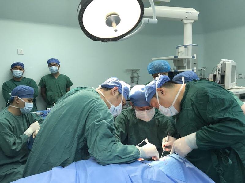 惊险!60厘米长钢筋从男子腋下穿刺至颅底,济南十余名医护协力拔出