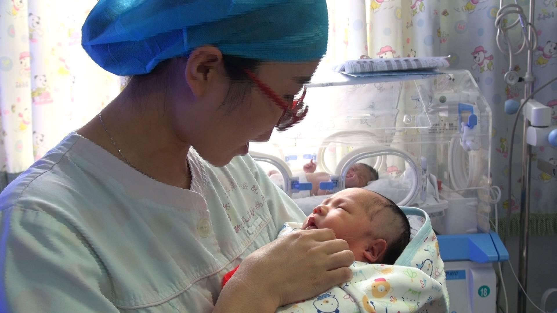 """走近新生儿重症监护室护士:用爱守护""""折翼小天使"""""""