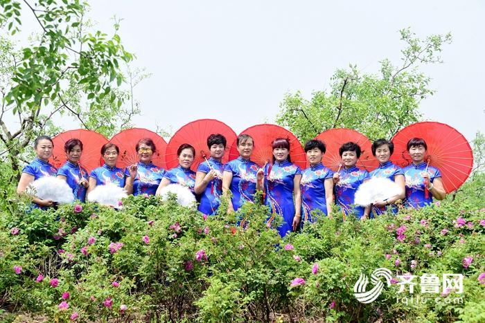 2018年5月13日母亲节,参加演出的身为母亲的演员们,在玫瑰园尽情拍照。 (2)_副本.jpg