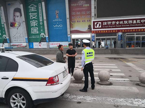 粗心客车司机将两名乘客落服务区 临沂高速交警救助解难题
