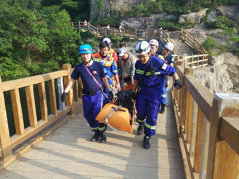 母亲节女游客爬崂山受伤 众人接力一小时抬下山