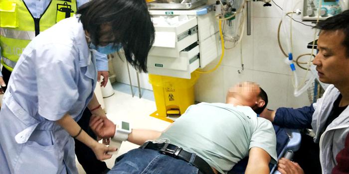 聊城莘县一男子洗澡后昏倒 高速交警火速开道送医