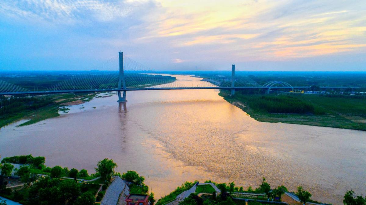 飞吧山东丨航拍济南黄河大桥落日余晖 天水相连气势磅礴