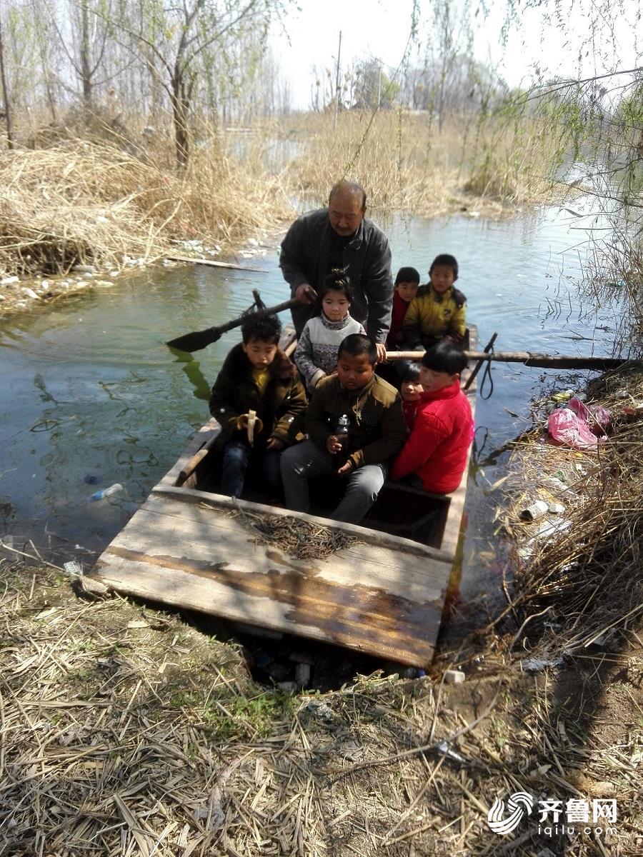 划着小船接送孩子是他教学的一部分.jpg