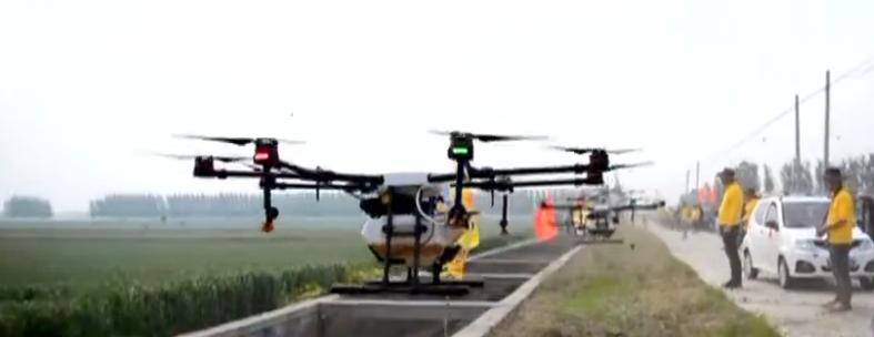 麦田打药用上高科技 济宁30多架无人机升空来帮忙