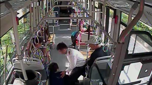 41秒|济南:公交车上乘客突发急症 众人救援彰显城市温暖