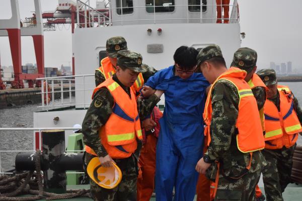 """突发!赴外船员途中受伤 威海边检官兵出海""""迎""""救"""