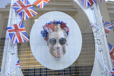 王子很忙!英国哈里王子19日大婚 看老外如何花式蹭热搜