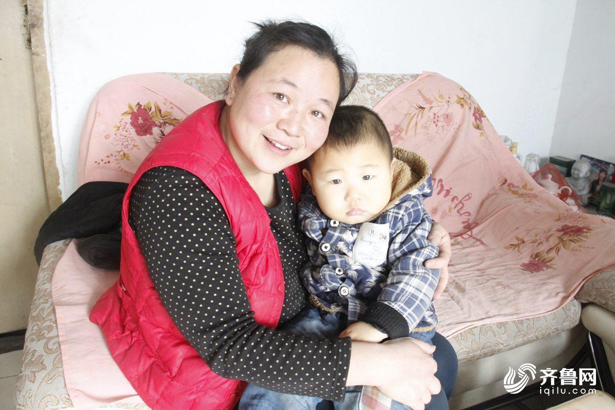 任香云和小儿子康康在一起.JPG