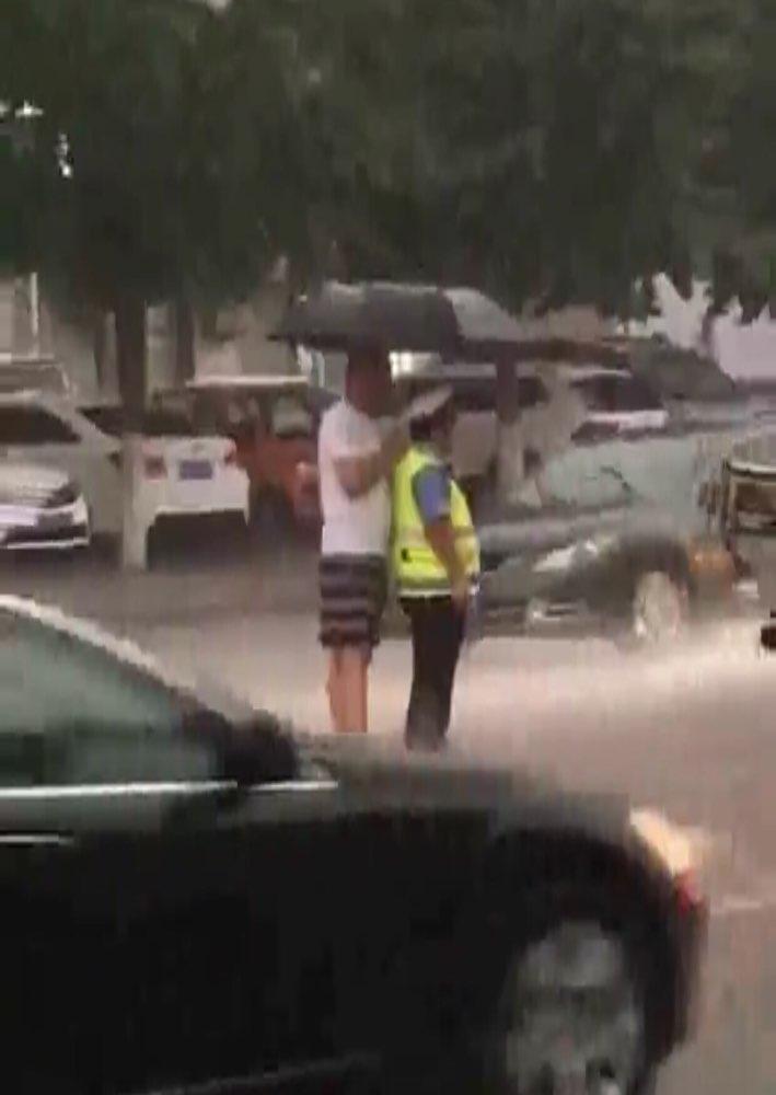 刷爆朋友圈不仅是这场雨 还有淄博的这位小伙子