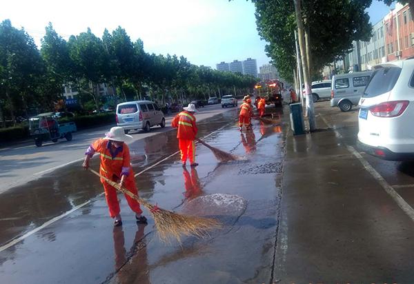 临沂普降大雨 3000环卫工人冒雨上岗清理积水淤泥保畅通