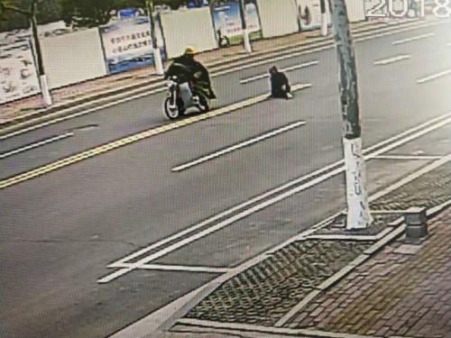 日照:摩托车司机撞倒老人后逃逸 被行拘20天