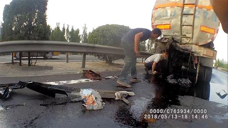 47秒|两辆危化品罐车高速追尾发生泄漏 交警紧急救援