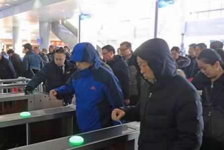 """荣成高铁安检""""升级"""" 出行市民需提前到站"""