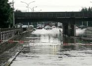 潍坊长松路铁路桥涵洞雨后积水严重临时禁行 机动车请向南绕行