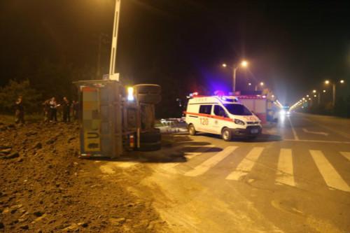 日照:渣土车侧翻司机被困 消防官兵20分钟解救