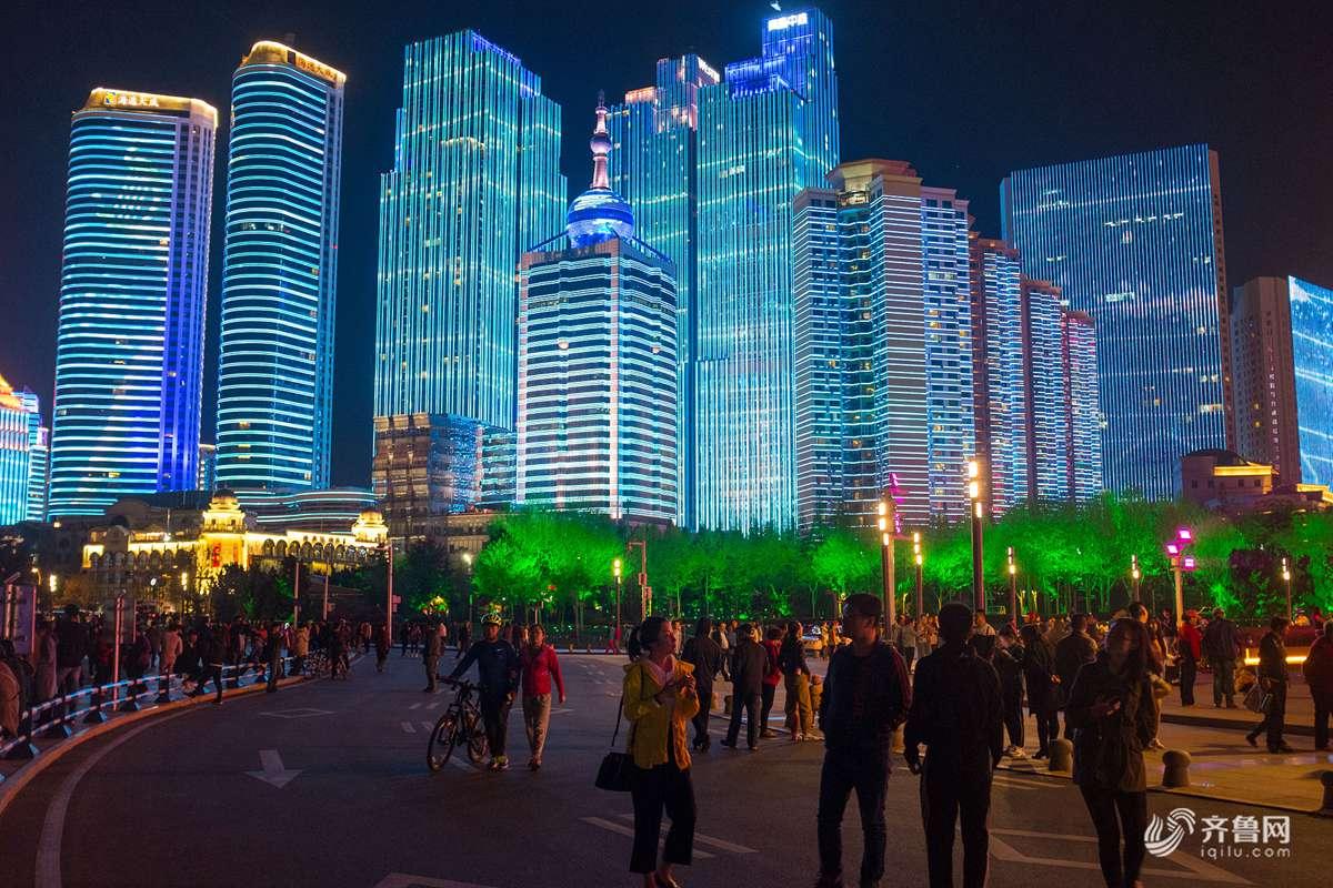 前来欣赏夜景的游客达到五一节后的高潮,大家纷纷拿起手机记录下这令人难忘的瞬间。.jpg