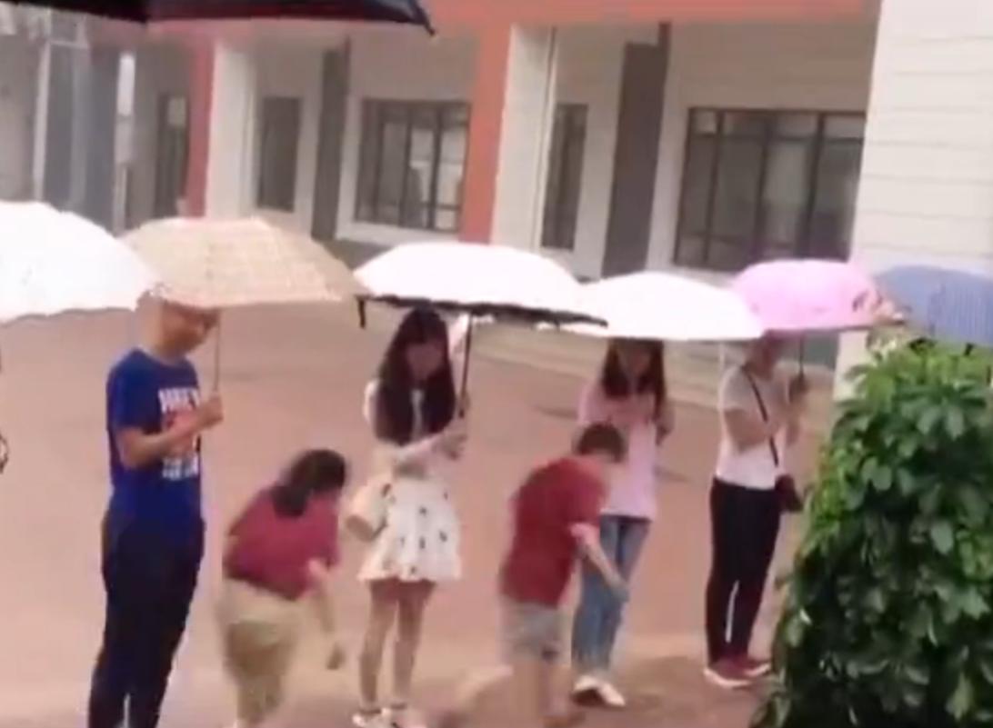 暖新闻丨倾盆大雨中 济南十余位老师排队为学生撑伞挡雨