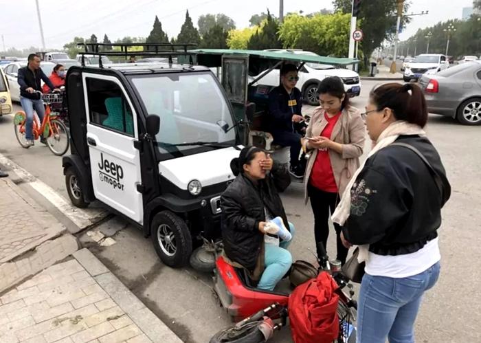 聊城一怀孕8月孕妇被电动轿车撞倒 警民救助合力送医