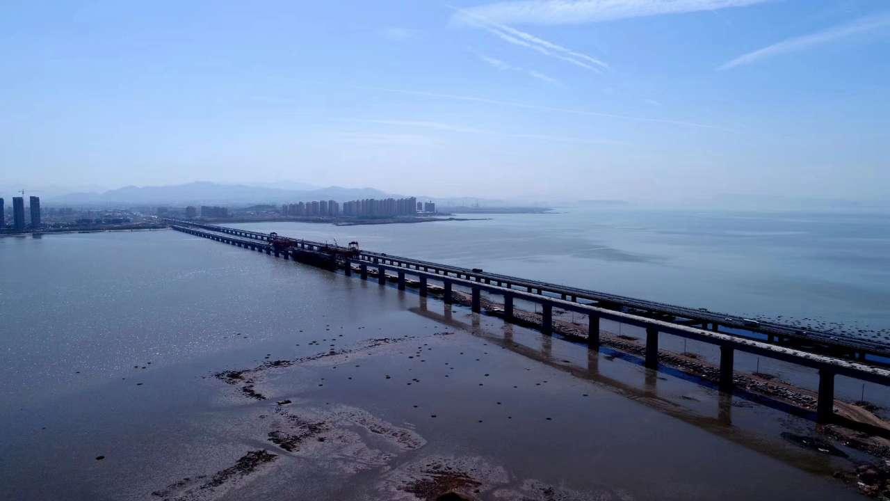 胶州湾跨海铁路大桥顺利合龙 青连铁路将年底通车