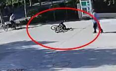 41秒丨潍坊男子骑车摔倒 车把插入大腿
