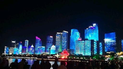 """青岛五四广场灯光秀成""""网红景点"""" 提醒文明安全欣赏美景"""