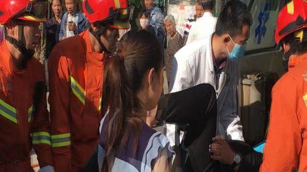 潍坊:骑自行车摔倒 车把手插入男子大腿