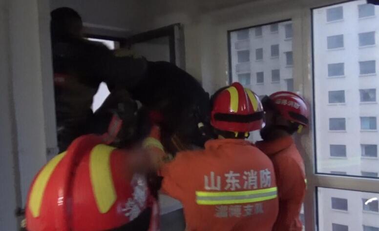 """淄博:酒醉发生""""误会""""被困阳台 消防官兵紧急救援"""