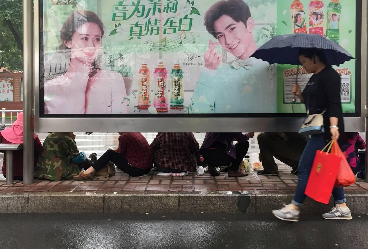 济南:小雨淅沥不停歇 雨中的你们是最可爱的人