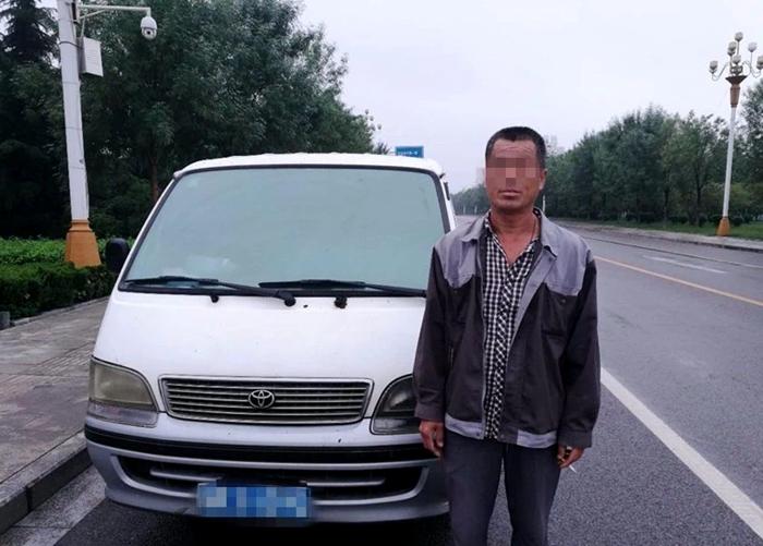 聊城一男子无证驾驶套牌车辆 被交警当场查获