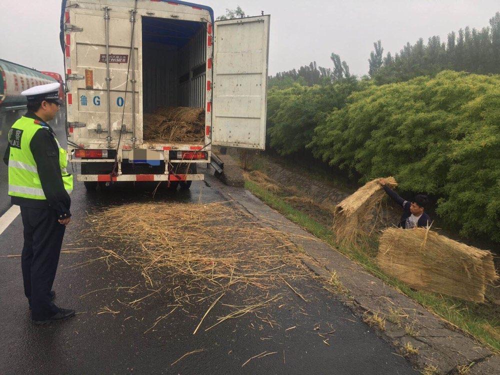 淄博:驾驶员高速路上停车扔垃圾 不做任何防护