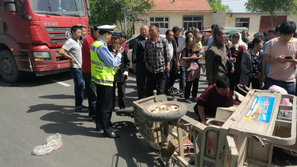 暖心!滨州阳信执勤民警与群众合力救助事故受伤老人