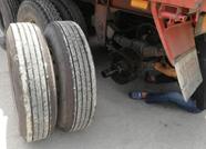 泰安:一身冷汗!大货车行驶中轮胎掉落 好在及时发现