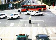 潍坊:公交车路口出故障 民警合力推车暖人心
