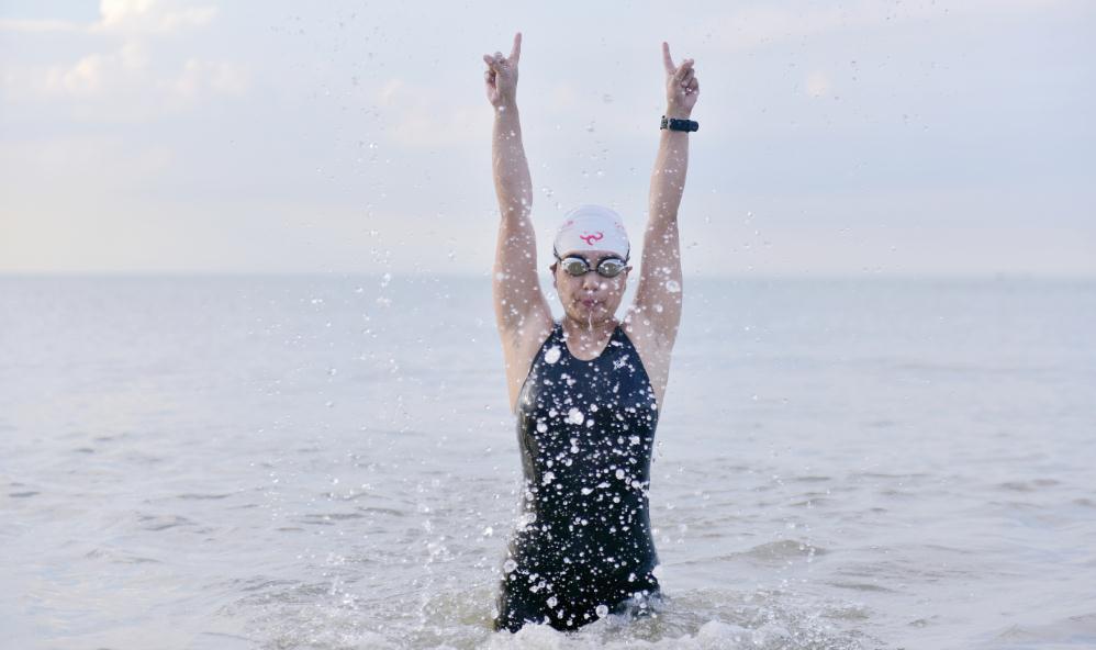 68秒丨8小时23公里 山东游泳爱好者孙冬梅成功横渡琼州海峡