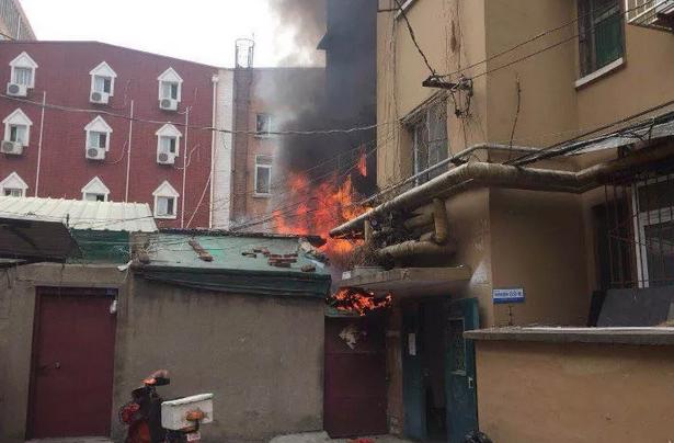 济南一居民楼起火困住近200斤瘫痪老人 邻居路人合力救人