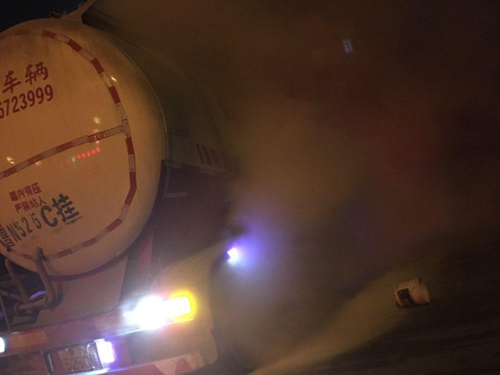 凌晨淄川一收费站罐车轮胎起火 收费员协助紧急救援
