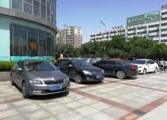 """潍坊:车玻璃被高空坠物砸碎 公司和酒店为车主""""埋单"""""""