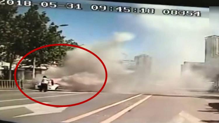 58秒   轿车当街自燃 济南多名公交司机冲上去灭火
