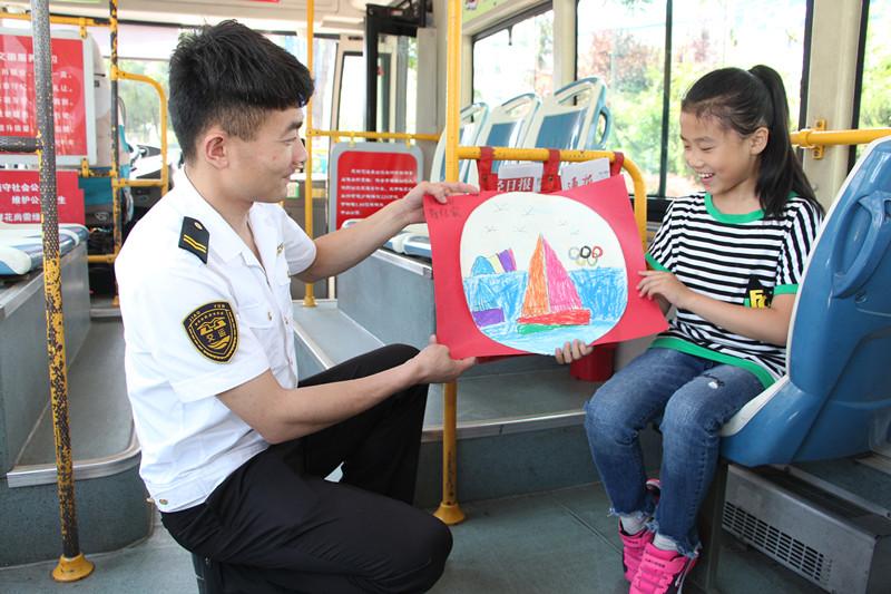 """""""美丽青岛""""童心童画进车厢 展示孩子们眼中的青岛"""