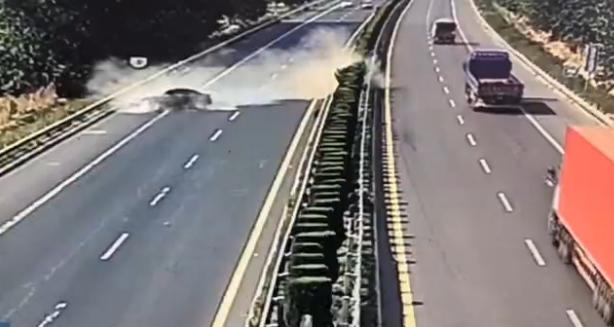 高速公路轿车突然爆胎 这些保命操作要牢记