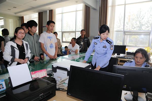 临沂莒南县公安局为4901名学生办理身份证