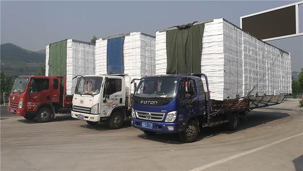 淄博:4辆改装车装泡沫箱跑长途 整车长达17米